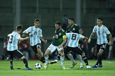 Ambas escuadras iniciaron un futbol vertical, Argentina dominó principalmente el terreno de juego, no obstante México presentó cartas en algunas ocasiones ante el guardameta americanista Agustín Marchesín.