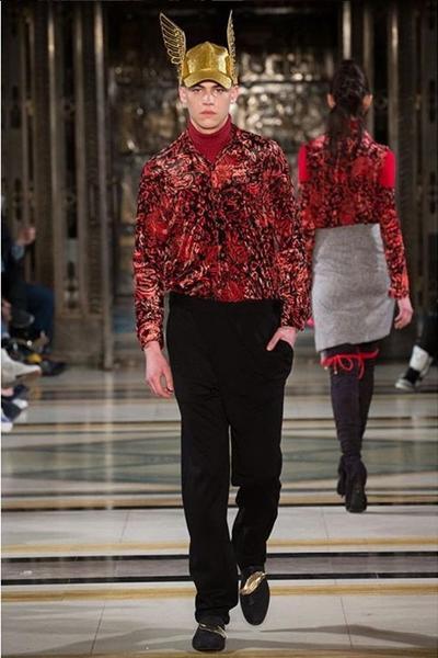 Fiennes-Tiffin a participado en pasarelas para Dolce and Gabbana.