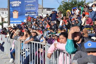 El desfile registró poca afluencia de espectadores.