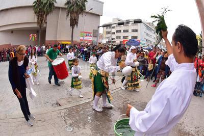 El párroco Benjamín Rivera dio nuevamente la bendición a los peregrinos al llegar a la parroquia de Guadalupe.
