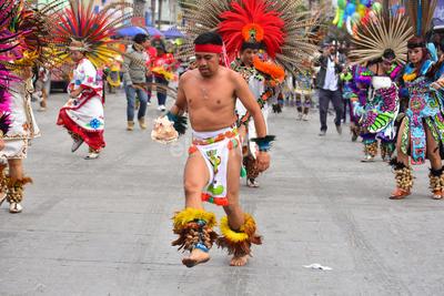El numeroso contingente de danzantes de diversos estilos, partió de la Alameda Zaragoza rumbo a la parroquia de Nuestra Señora de Guadalupe, en el Centro de la ciudad.