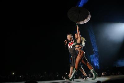 El cantautor inglés salió al escenario en punto de las once de la noche, ante miles de fanáticos que esperaron todo el día para verlo, y Williams usando una falda escocesa y una sudadera negra, su aparición en el escenario causó que se desatara una locura total.