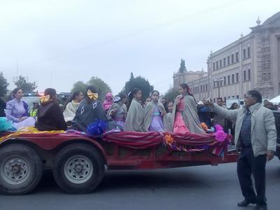 Carros alegóricos desfilaron por las calles de Saltillo.