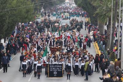 Durante el desfile hubo la participación de siete contingentes, cinco de los cuales de nivel educativo con 5 mil 748 alumnos de 58 instituciones educativas.