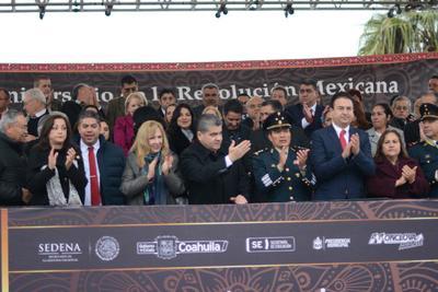 Por primera vez en la historia contemporánea, un gobernador presidió en Monclova el desfile de aniversario de la Revolución Mexicana.
