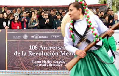 El gobernador del Estado, Miguel Ángel Riquelme Solís, acompañado por el alcalde Jesús Alfredo Paredes López y por autoridades militares, encabezó el tradicional Desfile Revolucionario.
