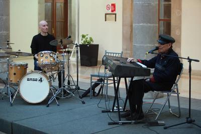 El también precursor del movimiento del jazz en México en los años 50's fue recibido con cálidos aplausos.