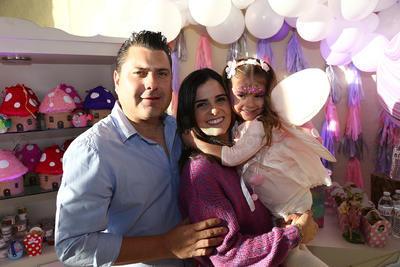 Muy feliz con sus papás. Jaime Aguilar Puente y Marcela Salum de Aguilar.