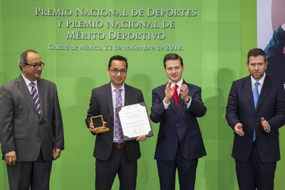 El presidente de México, Enrique Peña Nieto, al entrenador Ignacio Zamudio, el premio al Fomento Deportivo, en la ceremonia del Premio Nacional de Deportes y Premio Nacional de Mérito Deportivo 2018 que se realizó en la residencia Oficial de Los Pinos.