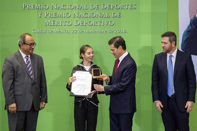El presidente de México, Enrique Peña Nieto, entregó a la campeona mundial de marcha, Alegna Aryday González, el premio al Fomento Deportivo, durante la ceremonia del Premio Nacional de Deportes y Premio Nacional de Mérito Deportivo 2018 que se realizó en la residencia Oficial de Los Pinos.