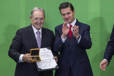 El presidente de México, Enrique Peña Nieto, entregó al empresario y ex atleta, Olegario Vázquez Raña, el premio al Fomento Deportivo, en la ceremonia del Premio Nacional de Deportes y Premio Nacional de Mérito Deportivo 2018, que se realizó en la residencia Oficial de Los Pinos.