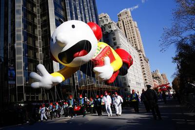 Los globos de personajes como Bob Esponja, Charlie Brown, el Grinch y otros despegaron del suelo justo antes del desfile, aunque algunos volaron notablemente a menor distancia de la gente que sostenía sus cuerdas.