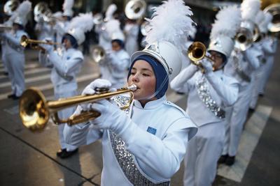 Las temperaturas gélidas y los vientos tempestuosos contrastaron el jueves con el ambiente festivo de miles de personas que asistieron a las calles de la ciudad de Nueva York para ver el Desfile de Día de Gracias de Macy's, con enormes globos de personajes, artistas en carrozas alegóricas y bandas marchantes.