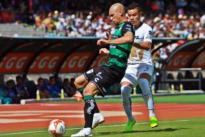 Doria disputa una pelota con Pablo Barrera.