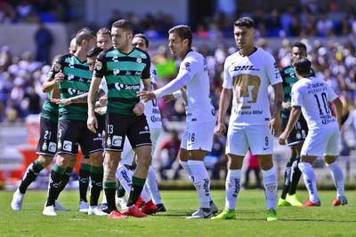 Jugadores de Santos y Pumas en un tiro de esquina.
