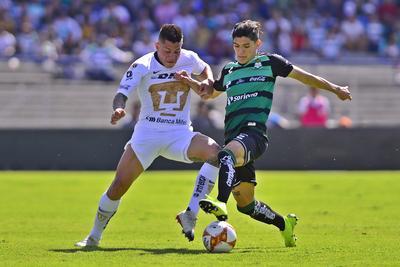 Iturbe y Arteaga disputan una pelota.