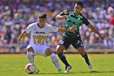 Osvaldo Martínez se enfrenta a Felipe Mora por el balón.