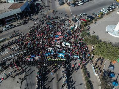 Este continente que se ha dispersado en varios puntos del muro con el afán de cruzar pertenecían a un grupo inicial que hoy, en una marcha en un principio pacífica, buscaba llegar a la garita.