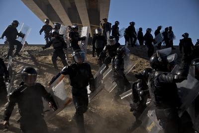 Migrantes intentan cruzar muro con EU