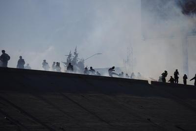 Agentes de Estados Unidos lanzaron gases lacrimógenos a los migrantes que intentaron cruzar el muro fronterizo.