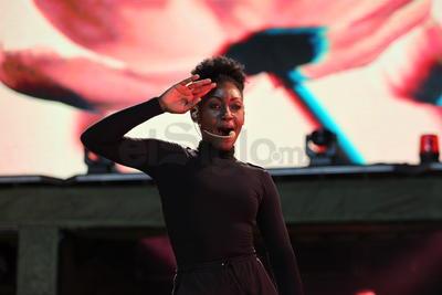 El espectáculo continuó con 'Te amo hoy', 'Sería más fácil', 'Volveré', 'Grito de guerra' y 'Si te vas', apoyado por cuatro bailarines, dos coristas y ocho músicos con los que montó llamativas coreografías y escenas entre cada número.