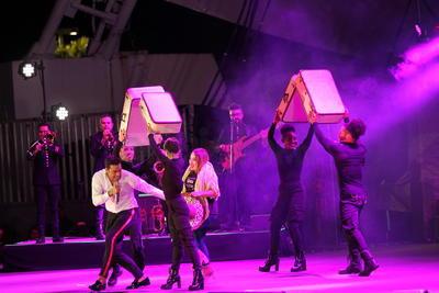 Ante la euforia de los asistentes a la tradicional 'Kermesse para todos' organizada por autoridades estatales, Rivera apareció en el escenario cerca de las 21:40 horas. '
