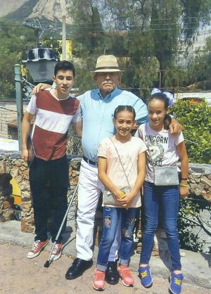 25112018 DISFRUTAN DE VIAJE.  Dr. Leonel Rodríguez R., en compañía de sus nietos, Diego, Andrea y Daniela, visitando La Peña de Bernal, Querétaro.