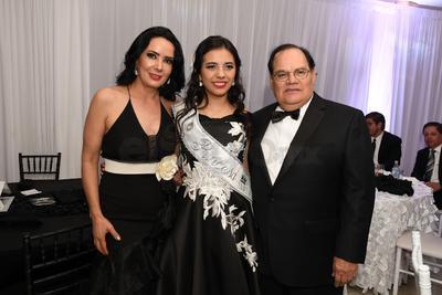 María De la Paz Rincón acompañada de sus papás Judith de Rincón y José Antonio Rincón Arredondo.