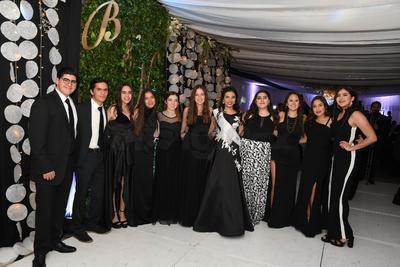 María De la Paz Rincón rodeada de sus amigos.