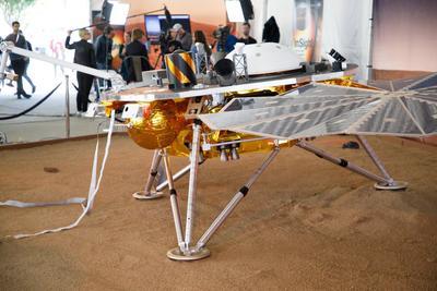 Sonda inSight de la NASA toca suelo marciano