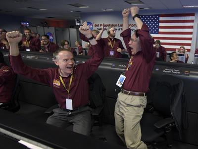 Además, la NASA recibió a las 11:58 hora local de Pasadena (19.58 GMT) la primera fotografía enviada desde Marte por InSight.