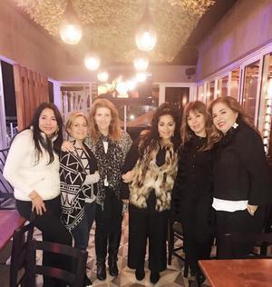 27112018 CELEBRAN ENTRE AMIGAS.  Sara Valenzuela, Eloísa Artigas, Suhe Núñez, Alejandra R de la Peña y Victoria Armendáriz con la cumpleañera, Lily Ávalos.