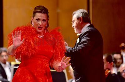 Y es que en la parte de la Zarzuela, demostró que además de soprano es orgullosamente española, y ese ADN, permitió al público escuchar una impecable versión de Como nací en la calle de La Paloma, de Barbieri; tan coquetos sus filados, como su expresión corporal.
