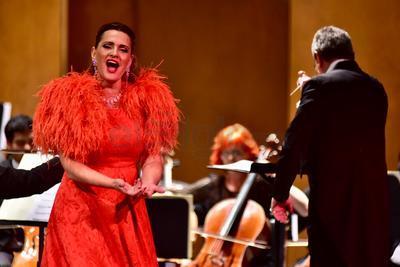 Con un vestuario que resalta además de su presencia escénica, su belleza física, la cantante española pisó fuerte el escenario del teatro Martínez.