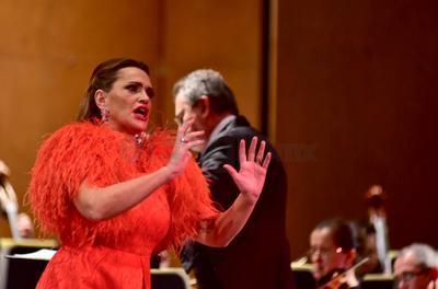 Con una variopinta coloratura de voz y una elegante presencia escénica, la soprano española Ainhoa Arteta, ofreció anoche en el Teatro Isauro Martínez, un memorable concierto, como invitada especial a la gala 2018 de la Camerata de Coahuila.