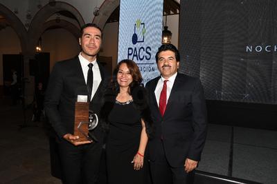 Eduardo Estrada acompañado de la Dra. Ana Beatriz González y Dr. José Ramón Enríquez.
