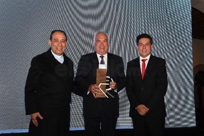 """""""El Premio Líder Durango 2018"""", fue otorgado al Arq. Adrián Alanís Quiñones, Secretario General de Gobierno. El Excmo. Sr. Arzobispo José Antonio Fernández fue el encargado de entregar dicho reconocimiento."""