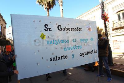 Los manifestantes se quejaron de que han transcurrido ocho quincenas sin recibir el pago correspondiente, pero además externaron su preocupación por el aguinaldo.