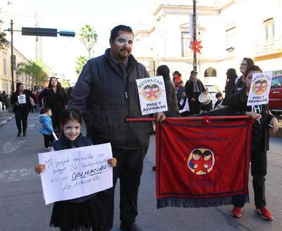 La concentración inició en la Plaza de Armas, en el Centro Histórico de esta ciudad capital, para luego partir con rumbo a la Secretaría de Educación del Estado (SEED).