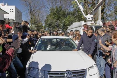 AMLO saludó a simpatizantes en su trayecto a San Lázaro.
