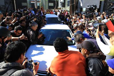 AMLO salió de su casa entre una multitud que lo esperaba a las afueras.
