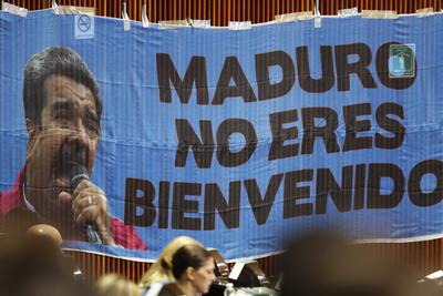 Colocaron una manta en rechazo de la invitación a Maduro.