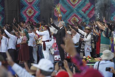 """En dirección a los cuatro puntos cardinales, pidieron que el sentido de hermandad gobernara sobre todo México. Fue en el """"ritual de las flores"""", que el pueblo maya pidió poner la mente """"en terreno fértil""""."""