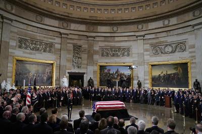 La recepción del féretro con los restos mortales del expresidente de EU George H. W. Bush (1989-1993) comenzó hoy en el Capitolio, en Washington, poco después de aterrizar en la base de Andrews, a las afueras de la ciudad, para que el público pueda rendirle tributo.