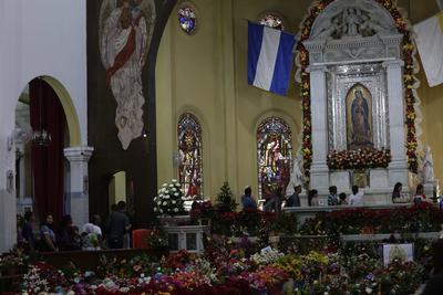 Fieles en San Salvador, capital de El Salvador se conglomeraron en sus templos para cantarle a la Virgen las mañanitas.