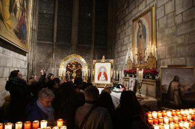 En una de las capillas del templo parisino, fieles se congregaron para celebrar el día.