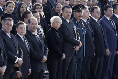 Junto a la guardia de honor la banda de guerra de la Policía Estatal dio el toque de silencio.