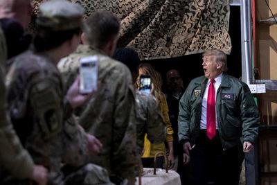 """El presidente de Estados Unidos, Donald Trump, insistió hoy en que el cierre parcial de la Administración gubernamental continuará """"lo que sea necesario"""", en declaraciones a los periodistas durante una visita sorpresa a Irak."""