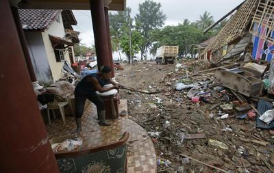 El gobierno les ha advertido a las comunidades en el estrecho que permanezcan a un kilómetro (0,6 millas) de la costa debido al riesgo de que se produzca otro tsunami.