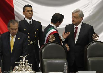 López Obrador en la tribuna con López Obrador.